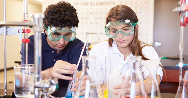 cz-students-in-chemistry-lab-630x330
